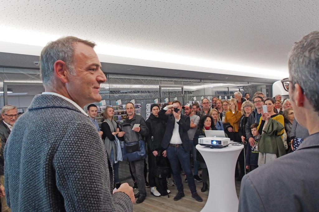 BerndBotzenhardt begrüßt in den neuen Räumen der BREBAU die Ausstellungsbesucher des fünften Fotomarathon Bremen