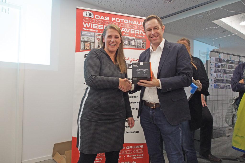 Fotomarathon Bremen 2019: Claudia Vossie erhält von Foto Wiesenhavern den Preis für die Erstplatzieung überreicht